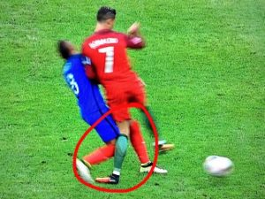 Futebol Eurocopa 2016 pancada Cristiano Ronaldo (foto dw.com 101greatgoals)